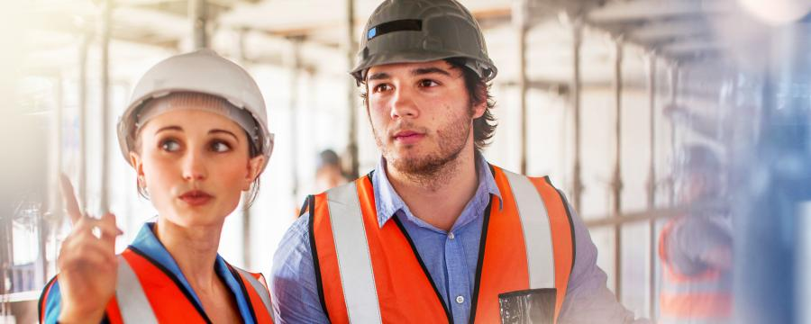 Junge Arbeiter auf der BIM Baustelle