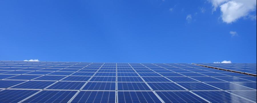 Solaranlage und Himmel