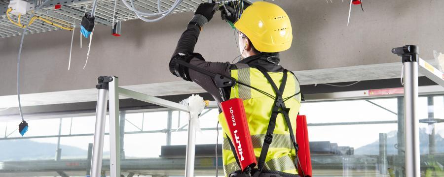Bauarbeitet mit Exoskelett