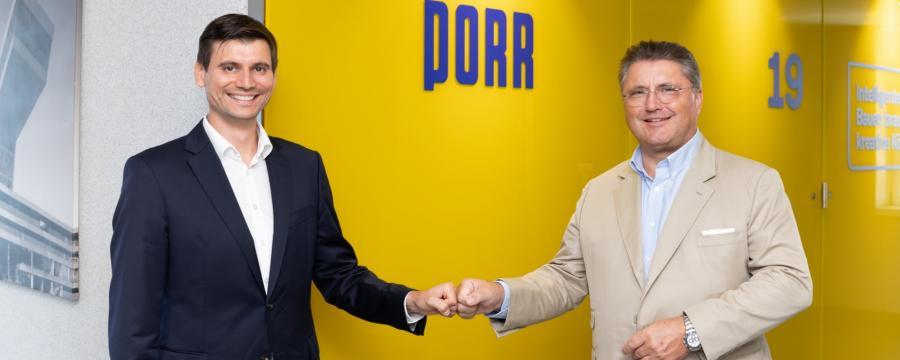 Zwei Männer besiegeln die Partnerschaft