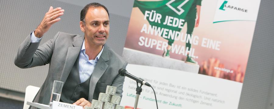 Lafarge-CEO bei Pressekonferenz