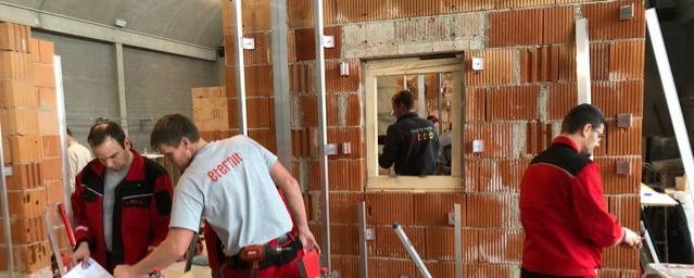 Arbeiter an einer Fassade
