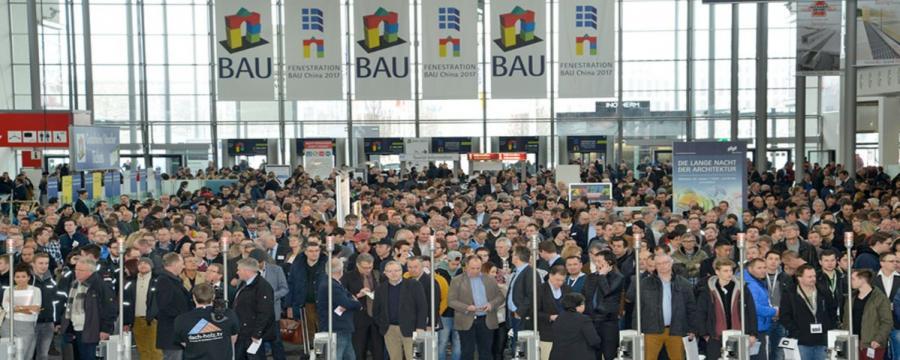 Menschen stehen vor dem Messeeintritt