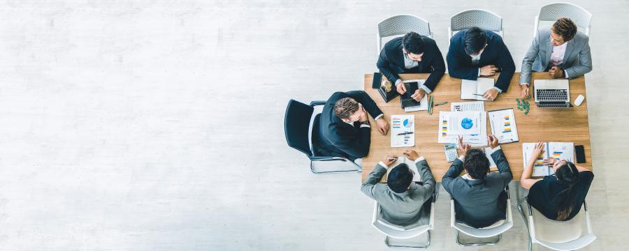 Menschen sitzen an einem Bürotisch