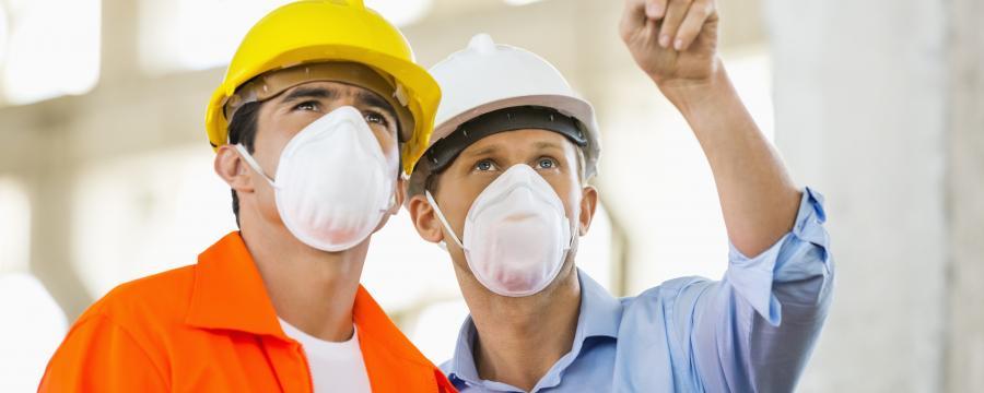 2 Bauarbeiter mit Schutzmaske