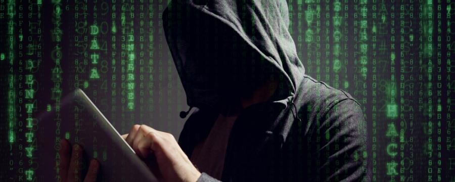 Mann in Kapuzensweater vor Datenwand