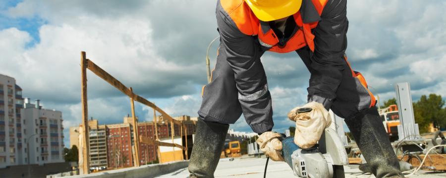Bauarbeiter mit Trennschleifer
