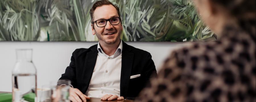 Roland Schmid in Interviewsituation