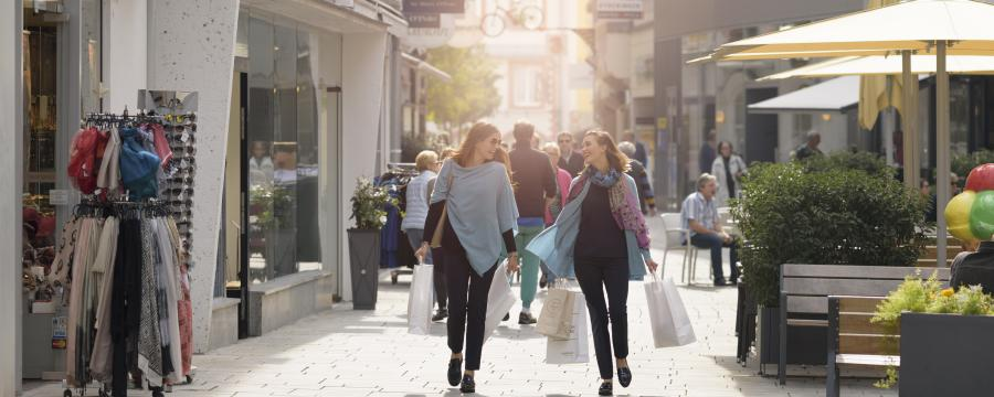 Zwei Frauen beim Shoppen