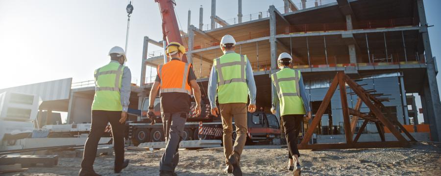 Menschen auf einer Baustelle