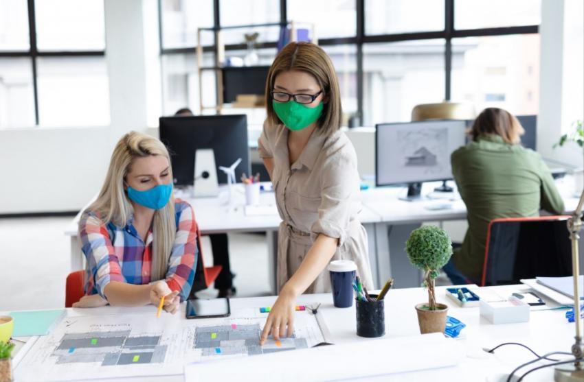 Menschen im Büro mit Maske