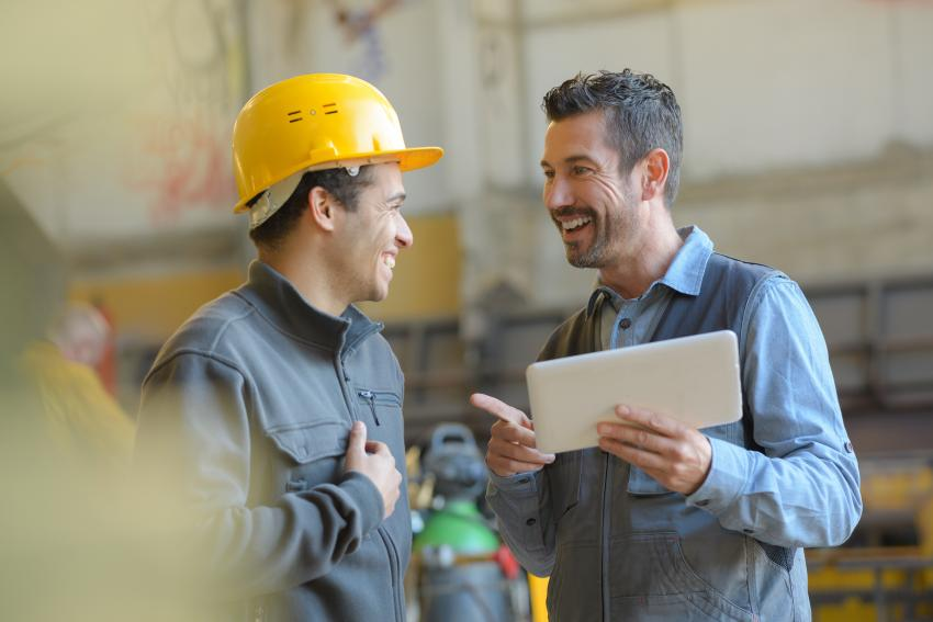 Zwei Arbeiter unterhalten sich