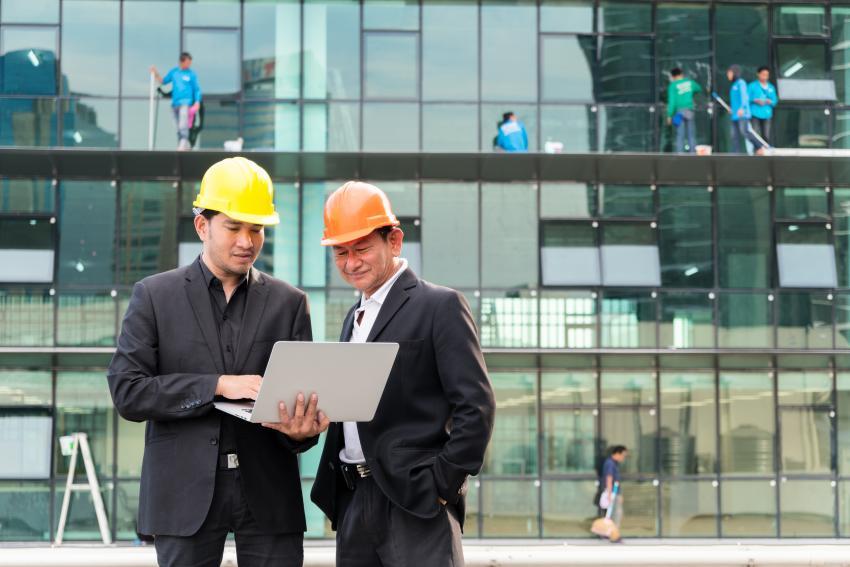 Zwei Chinesen vor Bürogebäude
