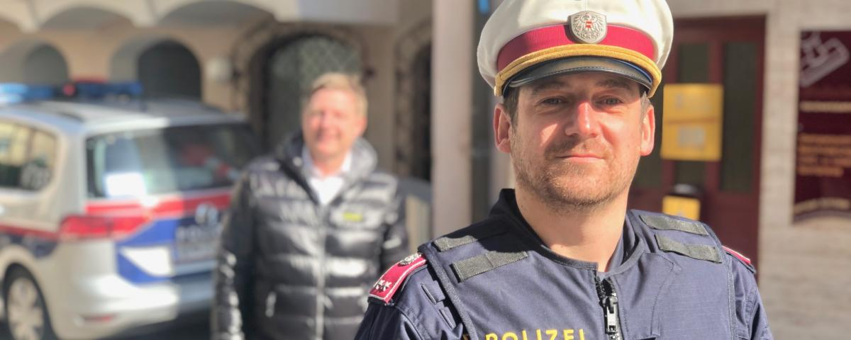 """Wenn sich Bürgermeister Günther Albel wie hier mit einem Polizisten zeigt, rückt er in den Hintergrund. Er vermittelt: """"Es geht nicht um mich."""""""