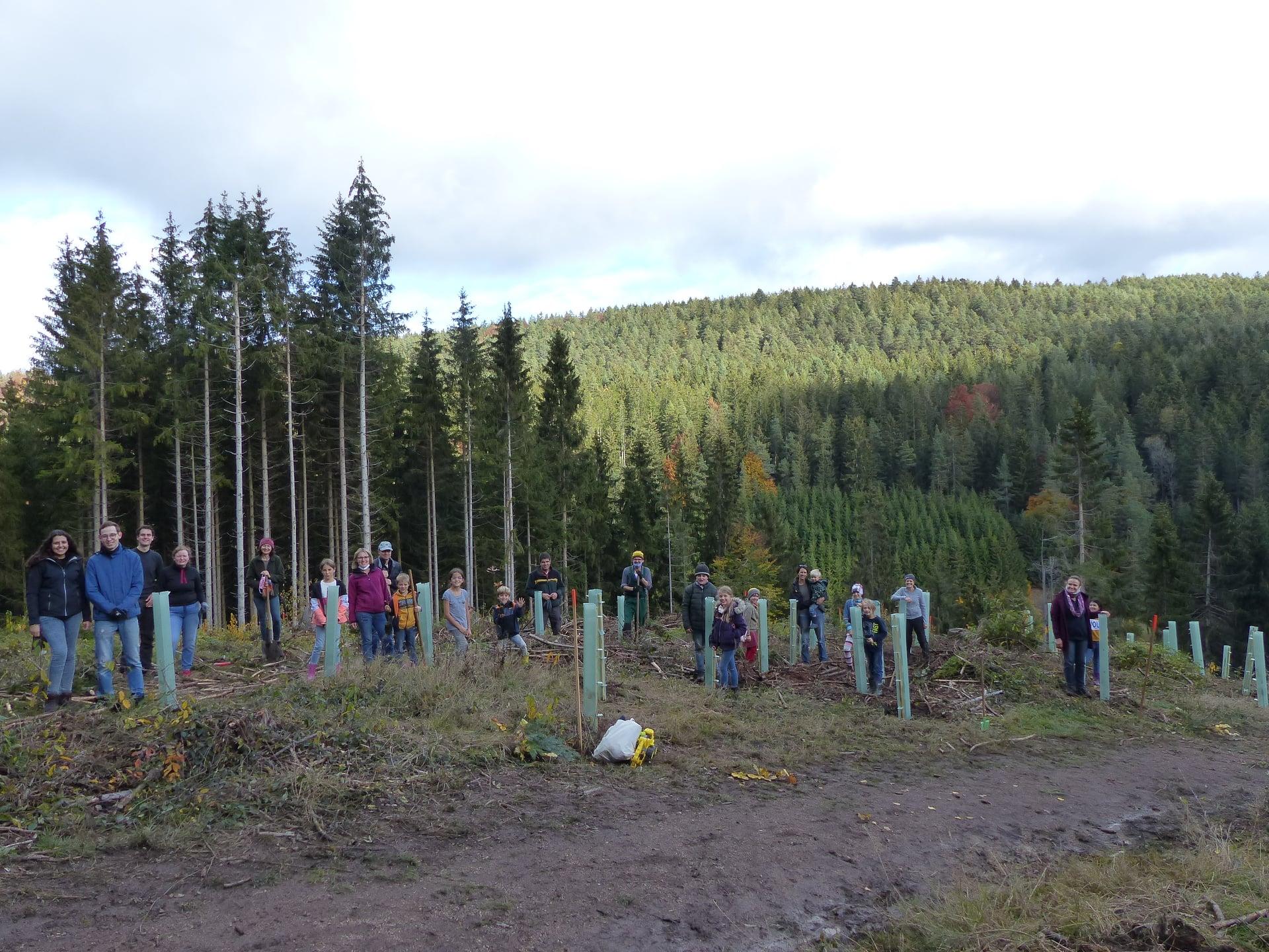 """Die jungen Klimabotschafter an der Arbeit für """"1.000 Bäume für 1.000 Kommunen"""""""