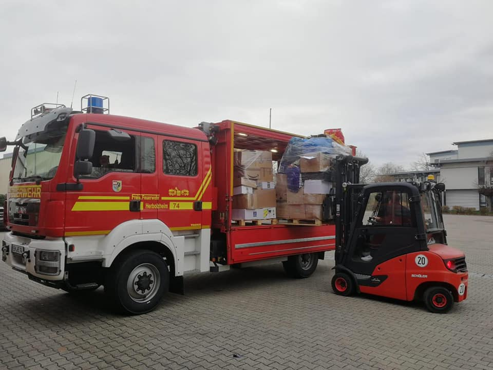 Baden-württembergische Feuerwehren laden Hilfsgüter in die Fahrzeuge. (c)Kreisfeuerwehrverband Emmendingen