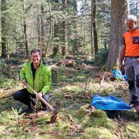 """Auch Freundenstadts Oberbürgermeister Julian Osswald beteiligt sich an der Baumpflanzaktion """"1.000 Bäume für 1.000 Kommunen""""."""