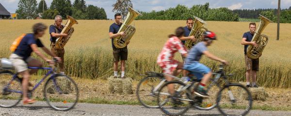 Fahrradparcours vorbei an Musikern, Bildhauern, Clowns und Co.