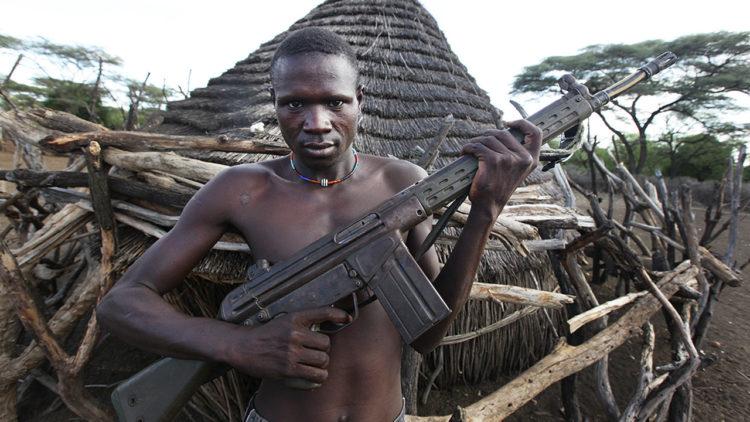 مواطن من جنوب السودان يحمل سلاحًا.