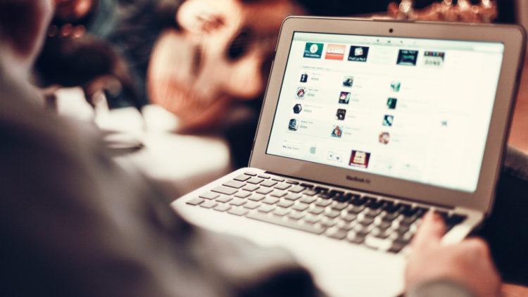 مواقع التواصل الاجتماعي، لاب توب، ألعاب، آبل