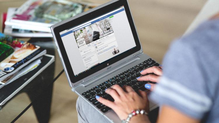 فيسبوك,لابتوب, عمل,مواقع التواصل الاجتماعي