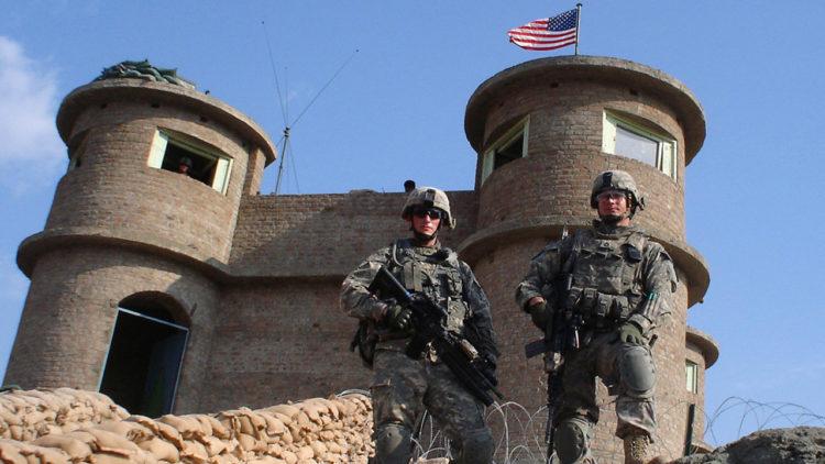 جنديان أمريكيان أمام أحد أبراج المراقبة