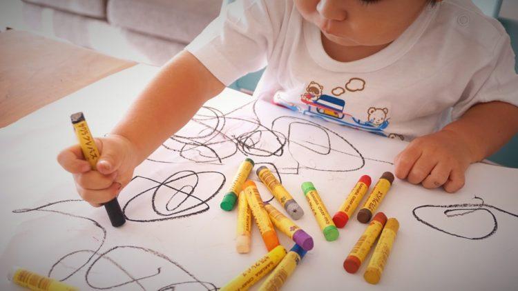 طفل يلعب بالألوان، رسم
