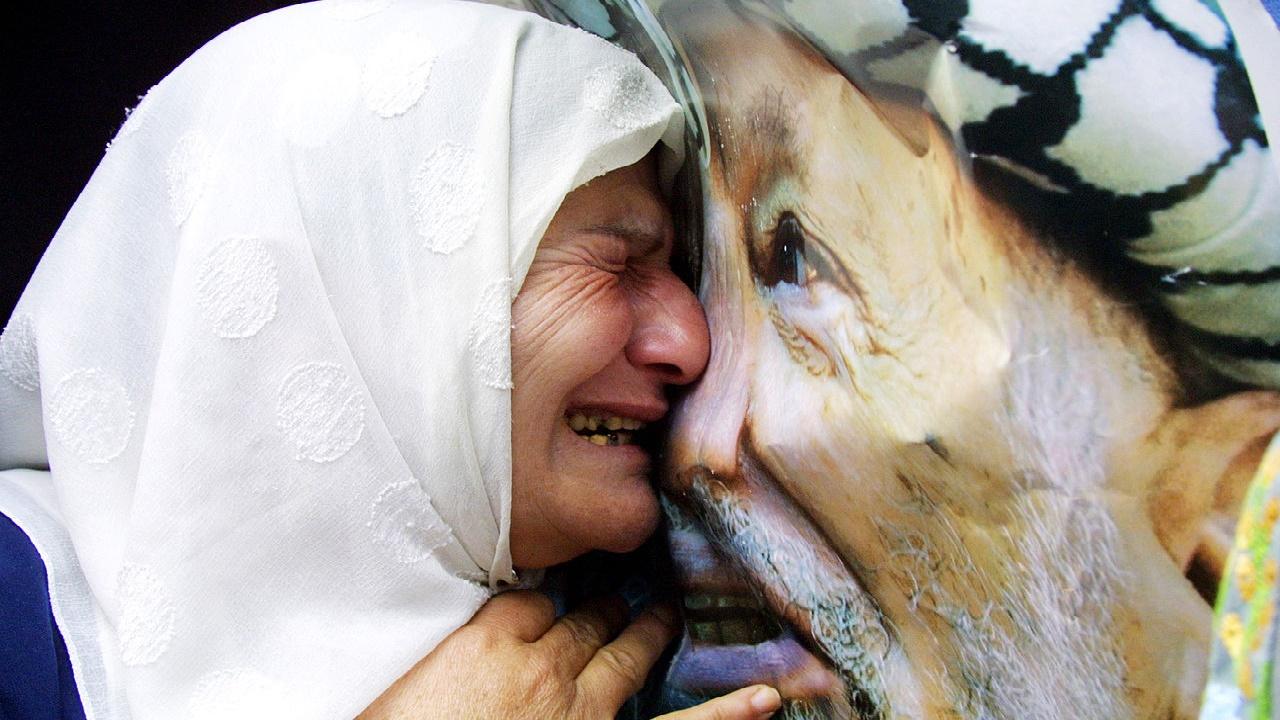 فلسطينية تبكي ياسر عرفات