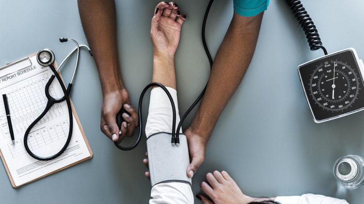 طبيب، مريض، شكوى، أعراص، صحة، ألم بالصدر، ضيق بالتنفس، سعال، إغماء، نقص البول