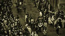 مظاهرة ثورة 1919 ترفع شعار الهلال والصليب