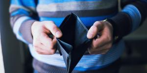 Mann mit leerer Geldtasche
