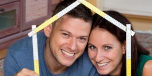 Paar freut sich auf ein neues Haus
