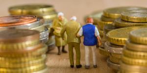 Figuren zwischen Geldmünzen