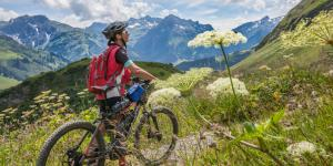 Mountainbikerin mit e-Bike in den Bergen