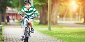 Kind am Fahrrad