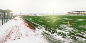 Verschneiter Fußballplatz