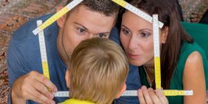 Jungfamilie plant ein Haus