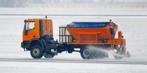 Streuwagen beim Winterdienst