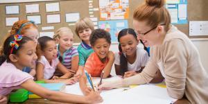 Lehrerin und Kinder bei der Nachmittagsbetreuung