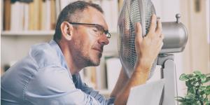 Mann mit Ventilator