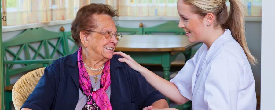 alte Frau und Pflegerin