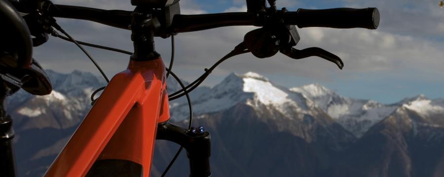 E-Montainbike auf einem Berg