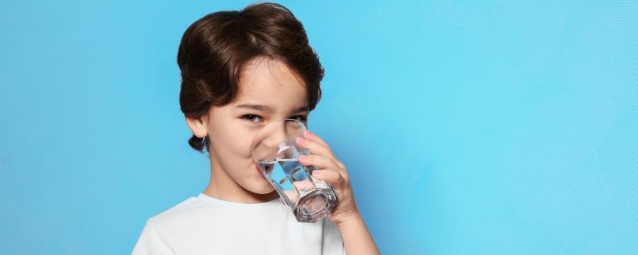 Kind mit Wasserglas