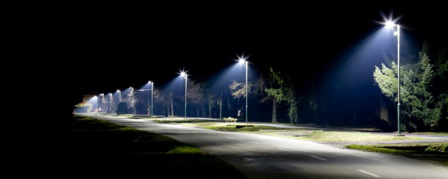 Straßenbeleuchtung mit modernen LED-Lampen