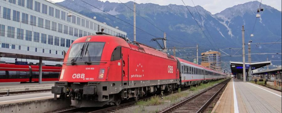 Zug im Bahnhof Innsbruck