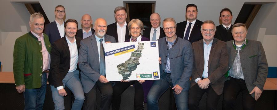 Die Bürgermeister und Vizebürgermeister der Interkommunalen Wirtschaftskooperation Pielachtal mit Landesrätin Petra Bohuslav.