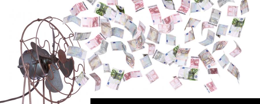 Ventilator wirbelt Geldscheine durcheinander