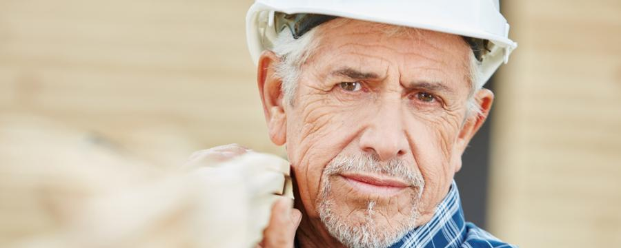 älterer Bauarbeiter
