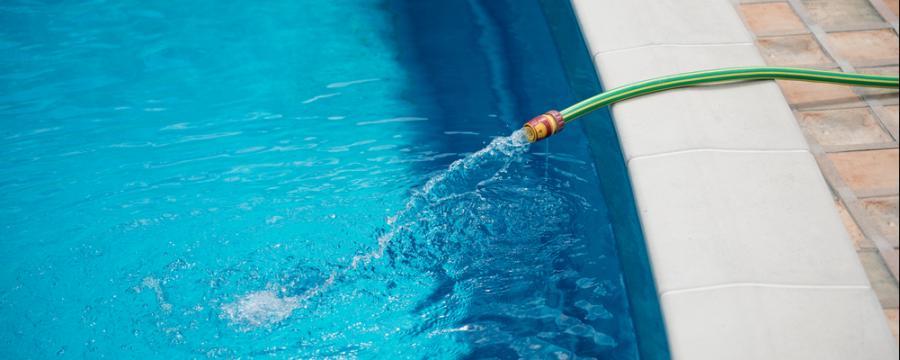 Swimmingpool wird mit Wasser befüllt
