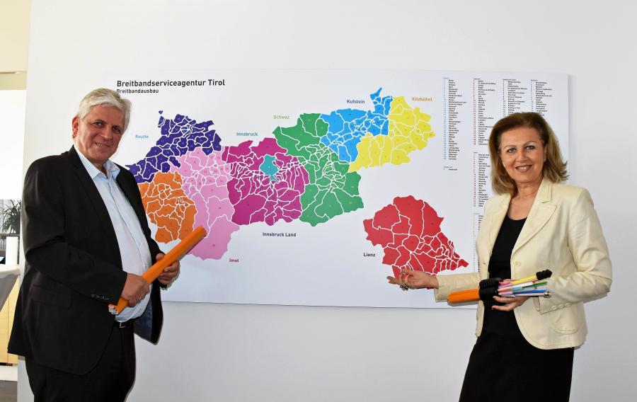 Landesrätin Patrizia Zoller-Frischauf mit BBSA-Geschäftsführer Arno Abler.